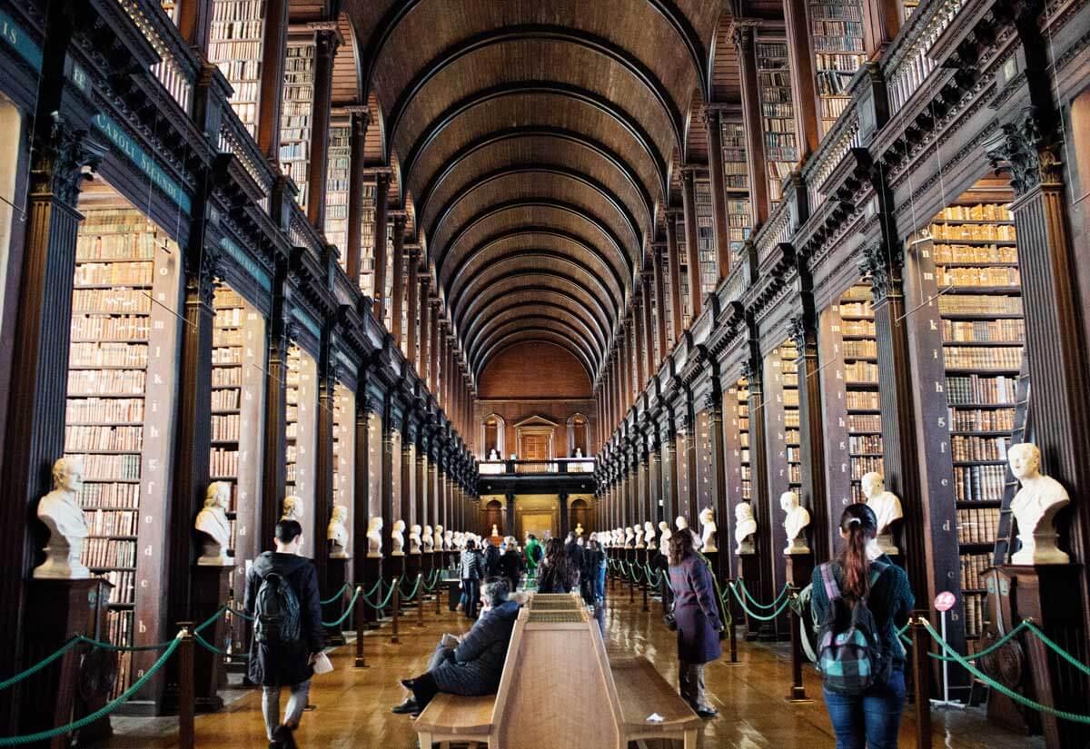 A biblioteca mágica da Trinity College em Dublin